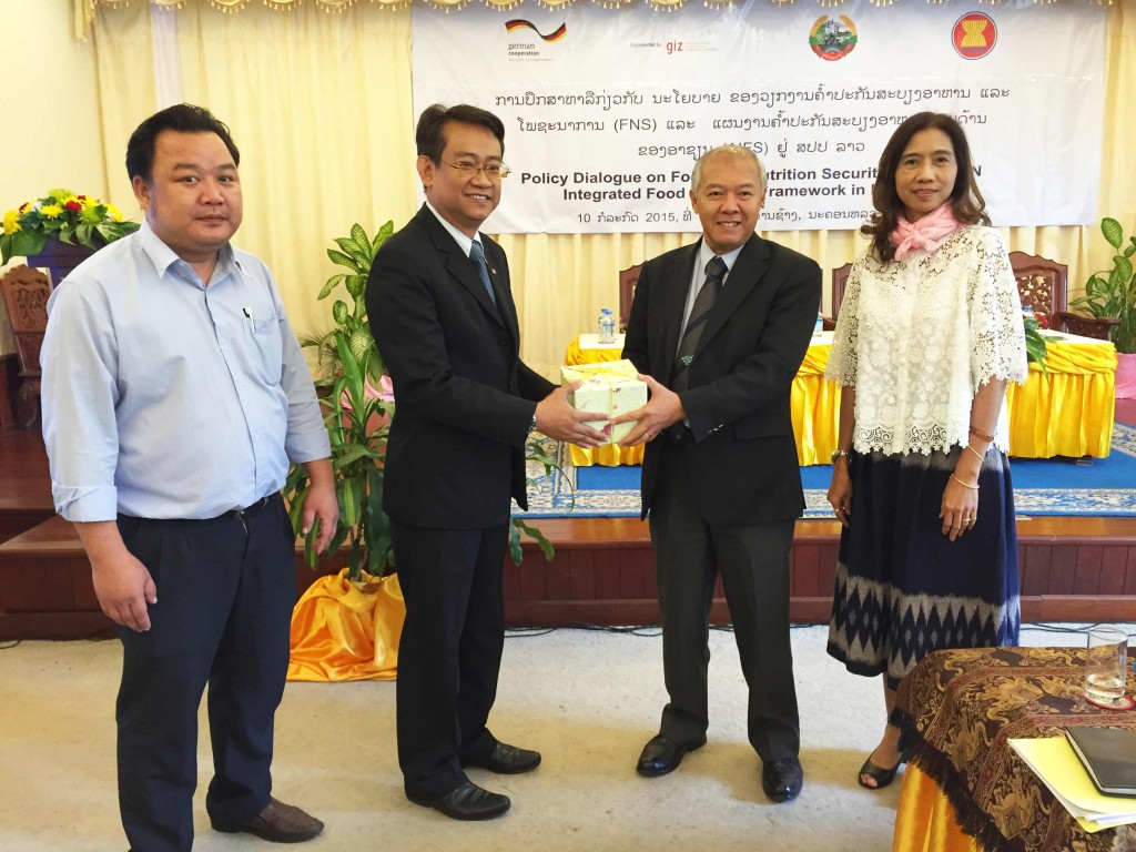 Mr. Suriyan Vichitlekarn, GIZ's ASEAN Sustainable Agrifood Systems project's regional advisor (second left) presents a token to Mr. Xaypladeth Choulamany (second right), Director General of the Department of Planning and Cooperation and Senior Official Meeting of the ASEAN Ministers on Agriculture and Forestry (SOM-AMAF) leader for Lao PDR.