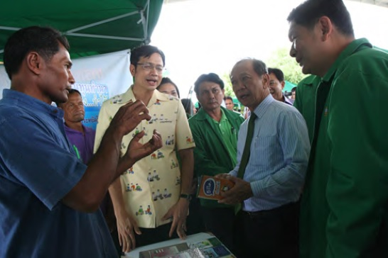 Finance Minister Sommai Phasee visiting the green farmer booth