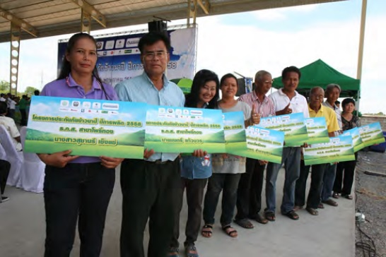 Farmers buying rice insurance