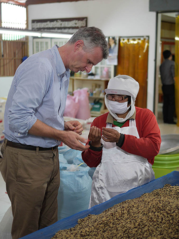 The voluntary advisor Sven Sievers gains an insight into the work of rice farmers.