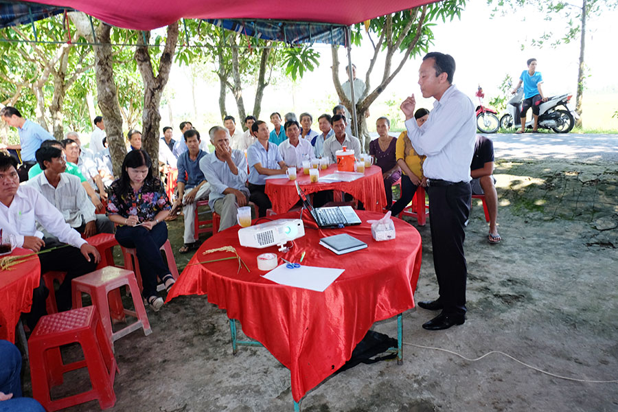 Thirty farmers in Dong Yen met on a weekly basis to exchang experiences on plan protection and intergrated pest managment practices.