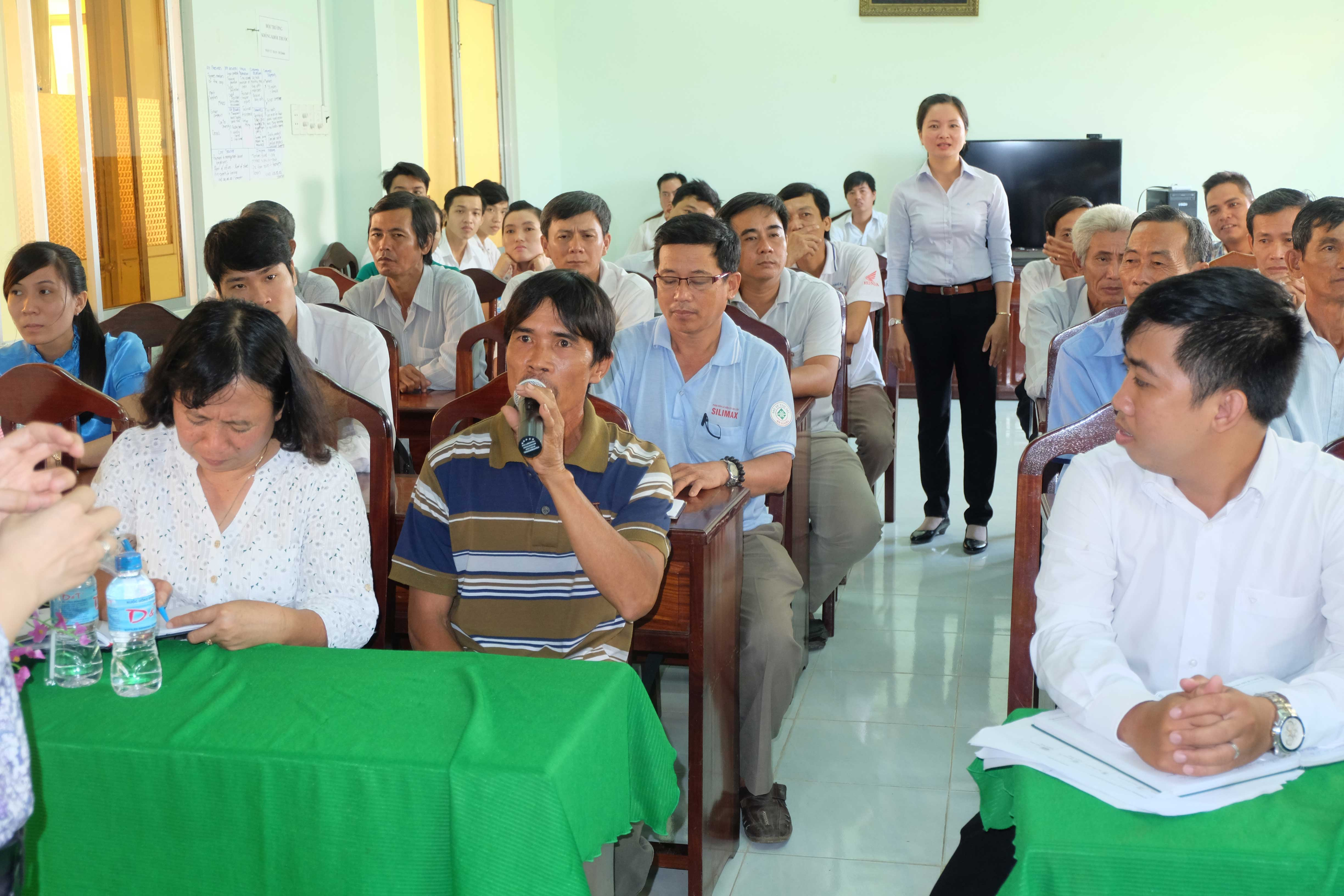 Mongo farmers, collectors, processors, cooperative members and government representatives together learn to analyse the value chain of mango in Vietnam.