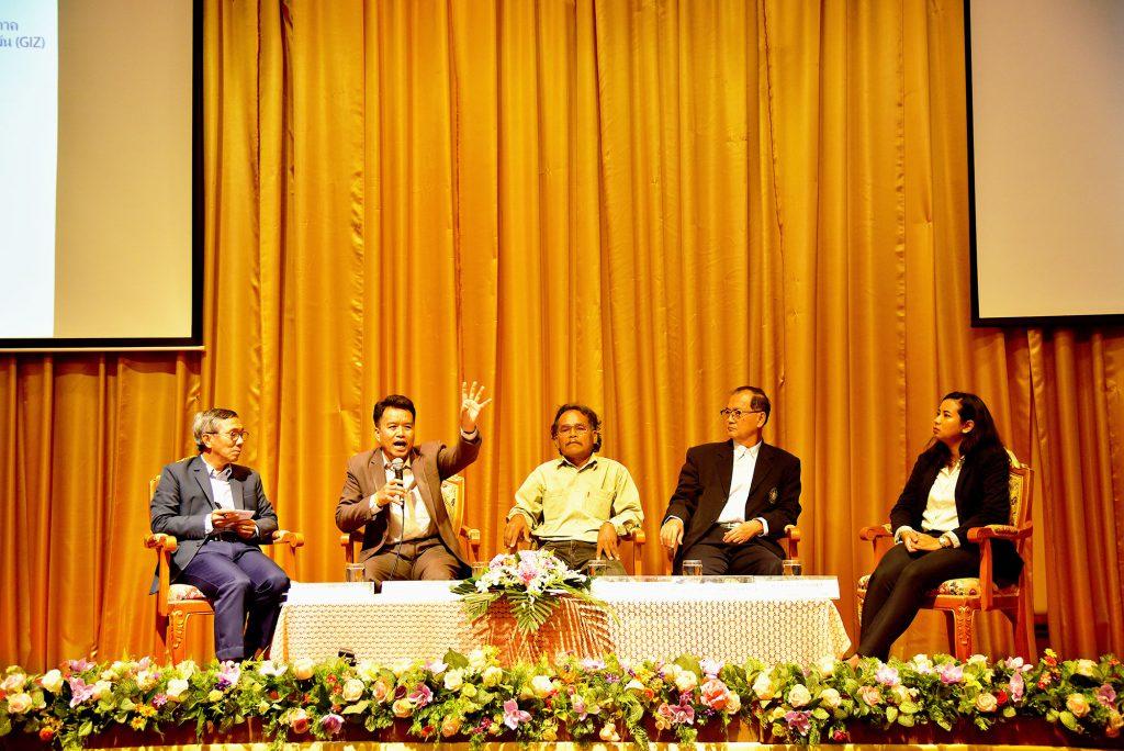 ตัวแทนจากหน่วยงานต่าง ๆ พูดคุยเรื่องการปรับเปลี่ยนพฤติกรรมการปลูกข้าวที่ช่วยลดภาวะโลกร้อนให้กับเกษตรกร (เครดิตรูปภาพ: GIZ Thailand)