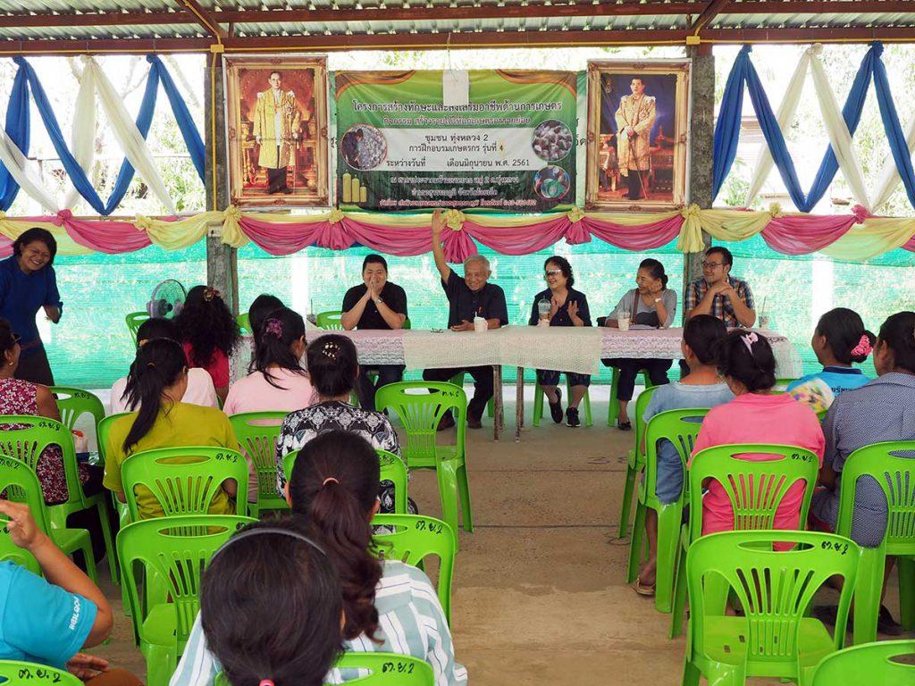 นายอภิชาต พงษ์ศรีหดุลชัย ที่ปรึกษาอธิบดีกรมการข้าว ตัวแทนจากโรงสี และเจ้าหน้าที่ GIZ พบปะพูดคุยกับเกษตรกรภายใต้โครงการข้าวยั่งยืน จังหวัดร้อยเอ็ด (เครดิตรูปภาพ: GIZ Thailand)