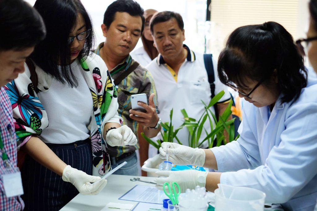 ผู้เข้าร่วมอรมเรียนรู้วิธีการตรวจวินิจฉัยโรคพืช ณ กลุ่มงานวินิจฉัยศัตรูพืชกักกัน กรมวิชาการเกษตร