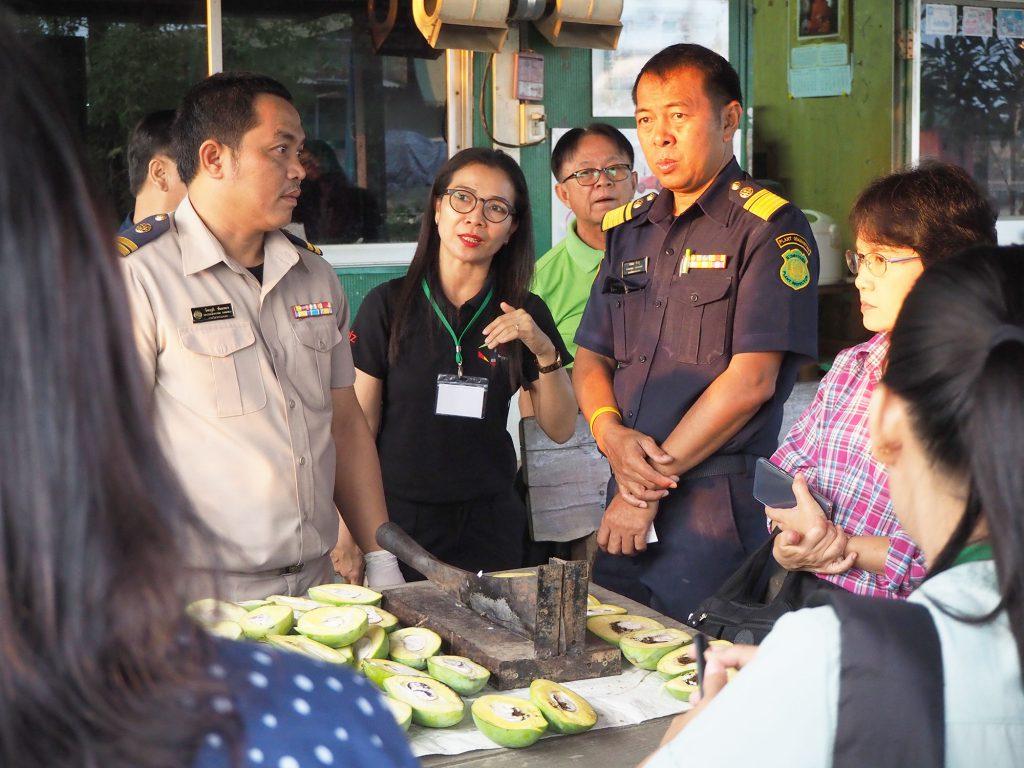 ผู้เข้าร่วมอบรมได้แลกเปลี่ยนเรียนรู้การปฏิบัติงานของเจ้าหน้าที่ด่านตรวจพืช ณ จุดผ่านแดนถาวรบ้านผักกาด จังหวัดจันทบุรี (เครดิตรูปภาพ: GIZ Thailand)