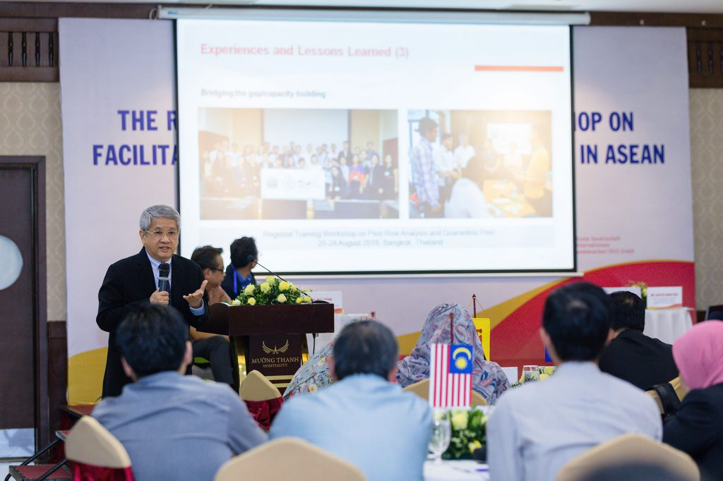 Mr. Wichar Thitiprasert, Advisor of Thailand's National Bureau of Agricultural Commodity and Food Standards (ACFS) speaks in front of an audience. (Photo credit: GIZ Vietnam)