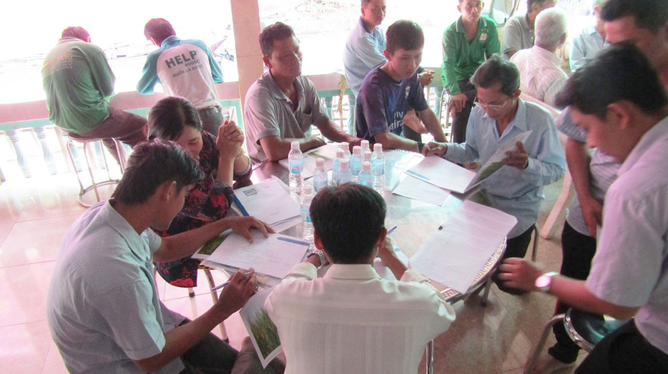 Local farmers fill the daily farm records during the Sustainable Rice Platform (SRP) class. (Photo credit: GIZ Vietnam)