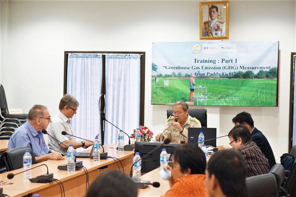 นักวิจัยในพื้นที่เก็บข้อมูลการเปลี่ยนแปลงของก๊าซเรือนกระจก ได้แก่ ก๊าซมีเทน (CH4) และไนตรัสออกไซด์ (N2O) ในพื้นที่นาข้าวด้วยวิธี Manually-Operated Closed Chamber ในนาข้าวที่ตั้งอยู่ในจังหวัดปราจีนบุรี ประเทศไทย (ที่มาภาพ: ศูนย์วิจัยข้าว จ.ปราจีนบุรี)