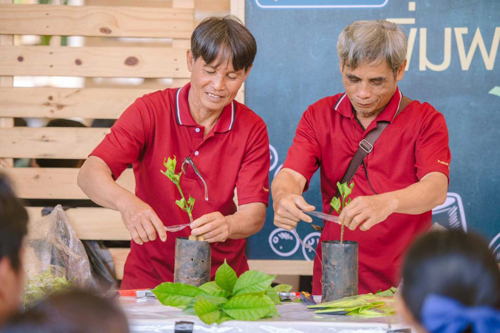 Farmers show how to transplant and care for coffee seedlings to a group of students. (Photo credit: GIZ Thailand)