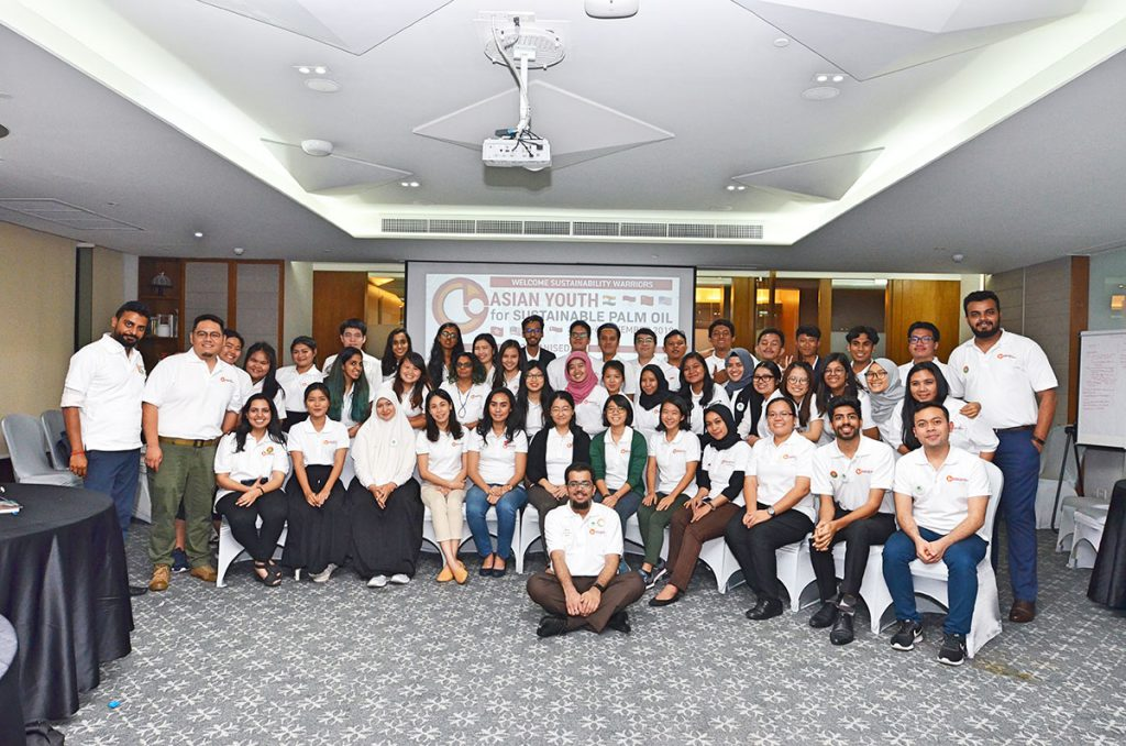 Smiling faces of the Asian Youth Delegation brighten the workshop. (Photo credit: RSPO)