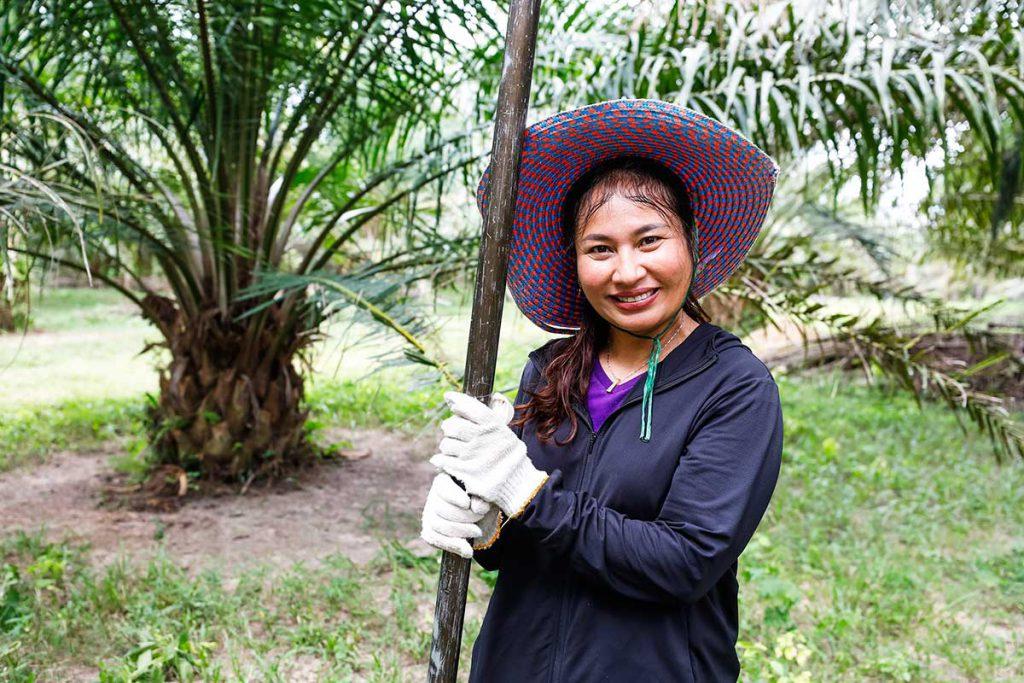 นางสาวพรศิริ รักนุกูล อดีตพนักงานธนาคารที่ผันตัวมาเป็นเกษตรกรปาล์มน้ำมันและเกษตรกรต้นแบบในจังหวัดกระบี่ (เครดิตรูปภาพ: GIZ Thailand)