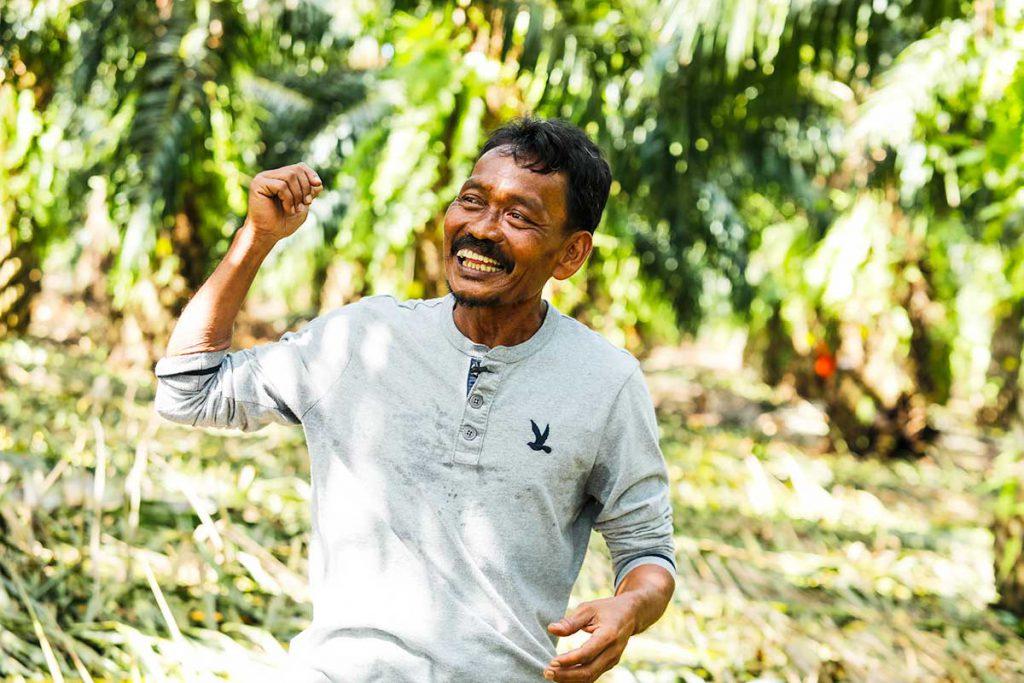 โสฬส เดชมณี อายุ 61ปี เกษตรกรปาล์มน้ำมันต้นแบบในจังหวัดสุราษฎร์ธานี (เครดิตรูปภาพ: GIZ Thailand)