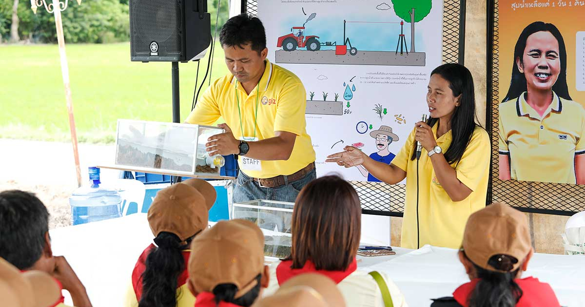 Sawanee Phorang shares her knowledge and practical experience about laser guided leveling to a group of fellow farmers during the kickoff event of Thai Rice NAMA Project in Suphan Buri province in July 2019. (Photo credit: GIZ Thailand)