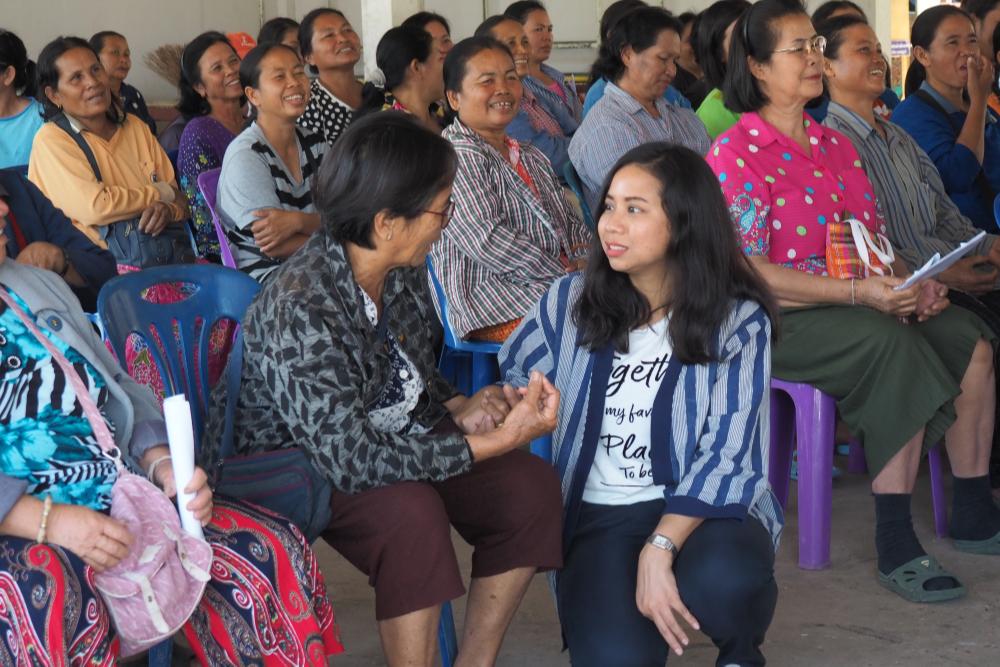 นางสาวนราวดี โหมดนุช นักวิเคราะห์วิจัย จากบริษัทโอแลม (ประเทศไทย) จำกัด พูดคุยกับพี่น้องเกษตรกรเมื่อวันที่ 23 กุมภาพันธ์ พ.ศ.2563 (เครดิตรูปภาพ: GIZ ประเทศไทย)