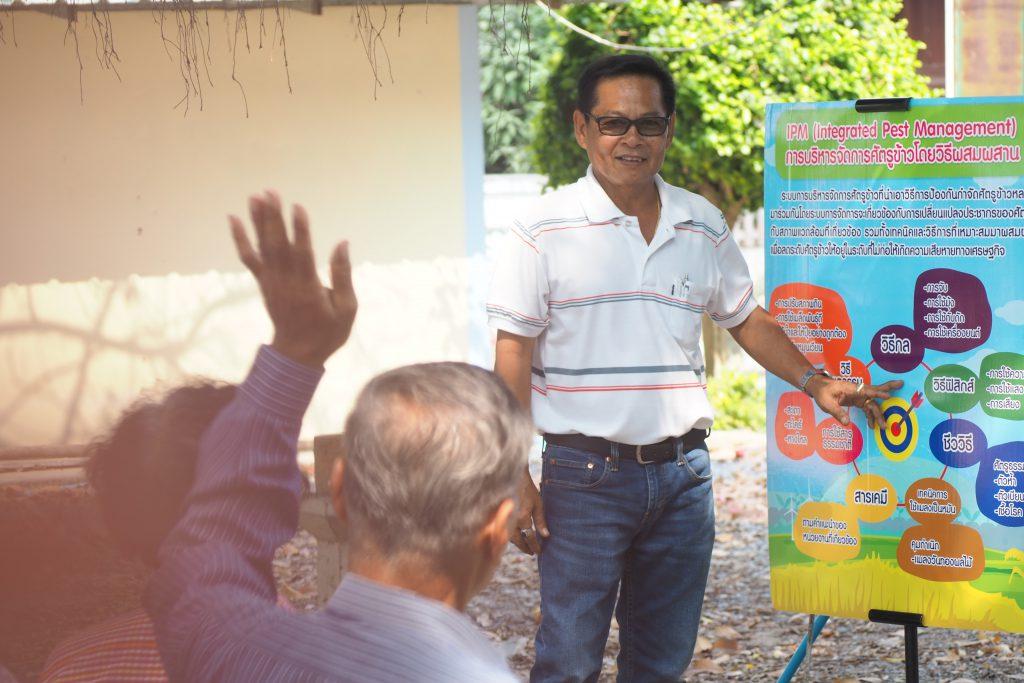 พี่สมเกียรติพบปะกับชาวนาที่เข้าร่วมโครงการอยู่เป็นประจำ (เครดิตรูปภาพ: GIZ Thailand)