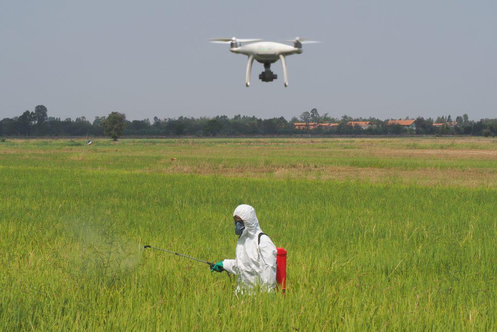 ชาวนาตำบลวัดดาวในชุดป้องกันสารเคมี (เครดิตรูปภาพ: GIZ Thailand)