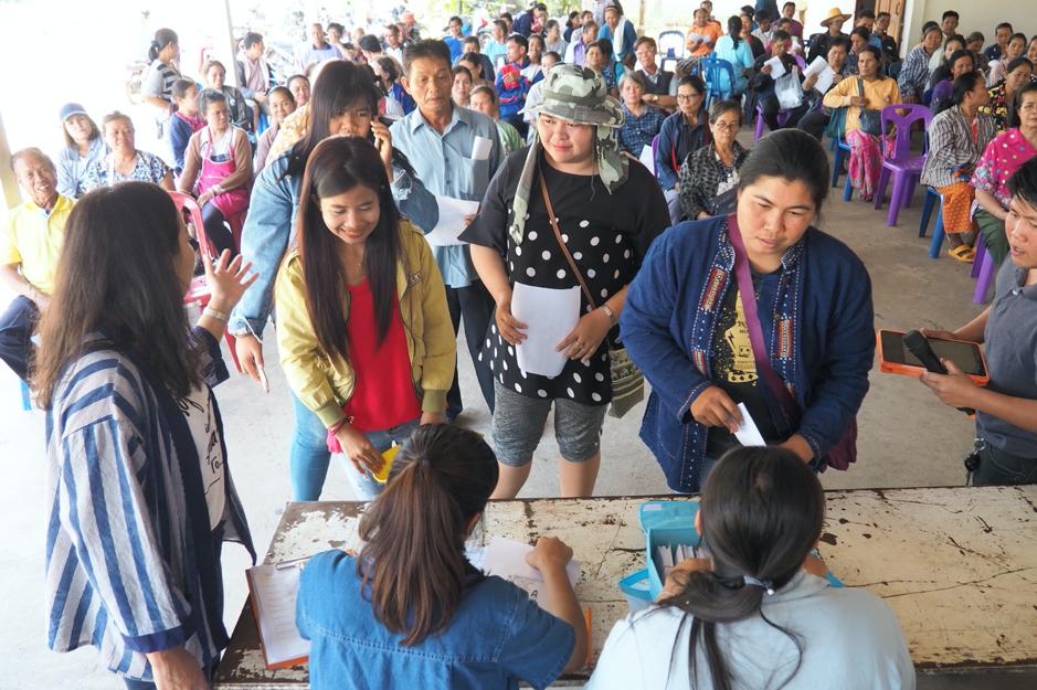 เกษตรกรเข้าแถวรับเงินโบนัสจากเจ้าหน้าที่โครงการ (เครดิตรูปภาพ: GIZ ประเทศไทย)